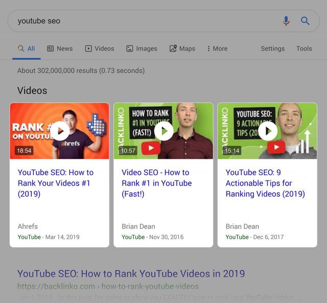نتایج جستجوی گوگل که همراه با نتایج ویدیوهای یوتیوب هستند.